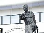Ingang PSV stadion standbeeld Willy van der Kuijlen