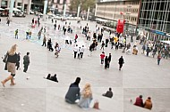 Mensen lopen over het plein