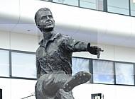 Ingang PSV stadion standbeeld Coen Dillen